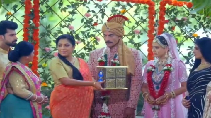 Anupamaa: Anupama donates her Streedhan to Kavya; everybody is shocked