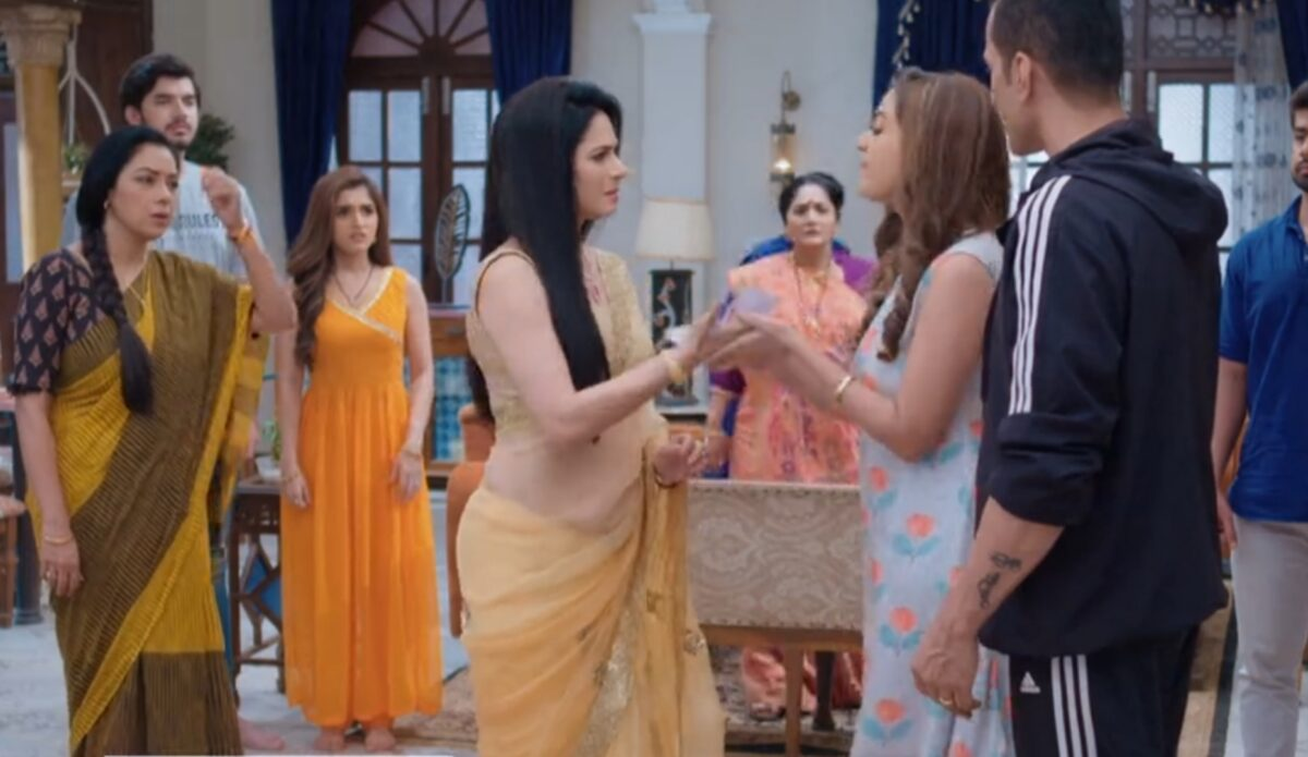 Anupama: Kavya throws 20 lakhs cheque on Rakhi's face